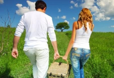 Romantisch wandelen en picknicken in de natuur