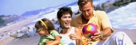 Naar het strand met familie en kinderen