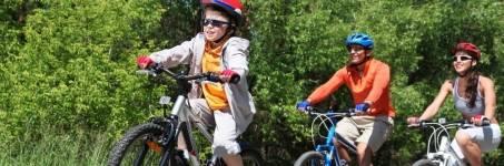 Familie mountainbiken