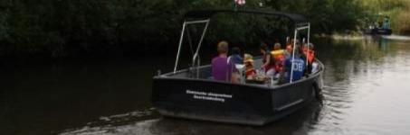 Sloep varen door de Biesbosch