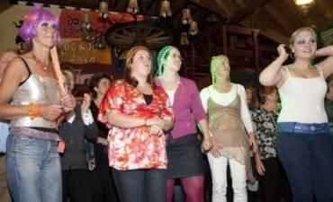 Amsterdams feestje met smartlappen zingen