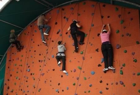 Klimmen en klauteren op de klimmuur - Spannende teamdag in Gelderland