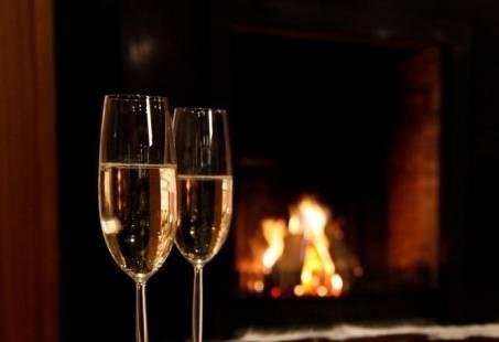 Champagne bij de open haard