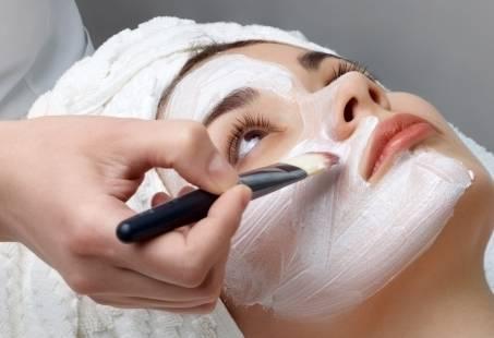 Een luxe gezichtsbehandeling, lichaamsmassage en manicure in een arrangement