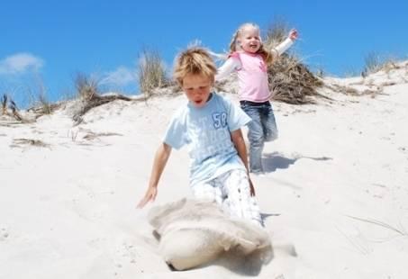 Met de kids het strand op