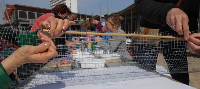 Windobjecten maken - Groepsuitje op het strand