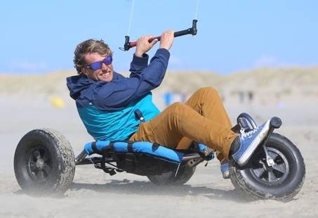 Groepsuitje strandzeilen, kitebuggyen of powerkiten! op het strand