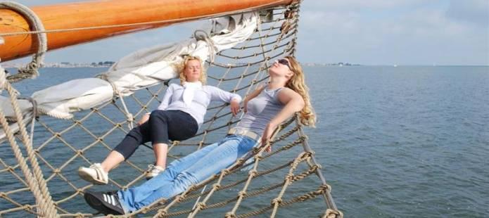 Genieten op het dek van het zeilschip