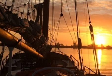 Avond zeilen op het IJsselmeer