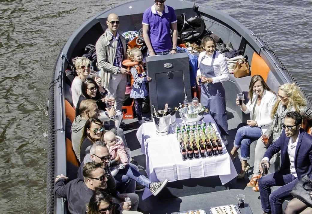 Met een luxe sloep door de Amsterdamse grachten - genieten vanaf het water