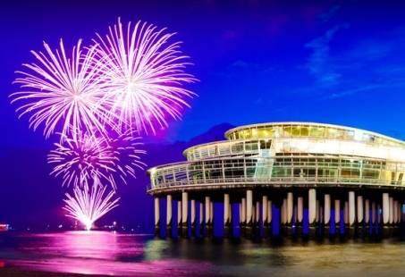 Oud & Nieuw Feestbuffet, vreugdevuur op 't strand en feestavond Crazy Piano's in Scheveningen