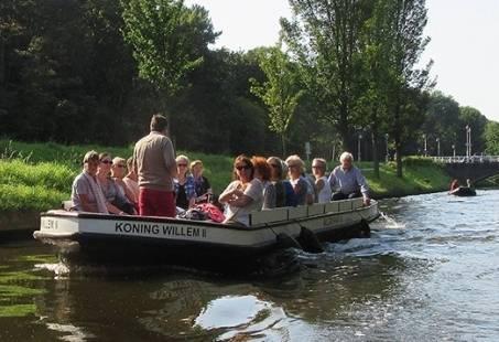 Sloep varen met familie of vrienden door de kanalen van Den Haag