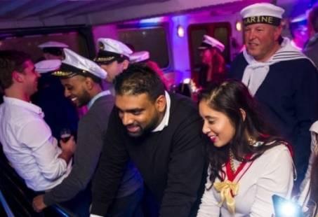 Partycruise around the world- Havencruise met zang en dans door Rotterdam