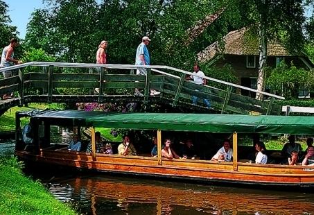 Rondvaart, Bowlen en lekker eten in het gezellige dorp Giethoorn - Familiedag voor jong en oud