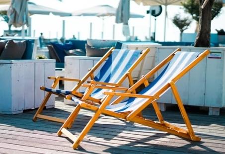 High Wine arrangement op het strand van Hoek van Holland - Vriendinnenuitje aan de kust