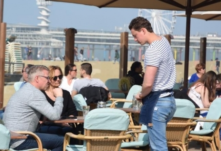 Vrijgezellendag op het strand in Scheveningen