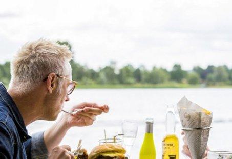 Aan het water in Stroombroek genieten van een uitgebreide lunch